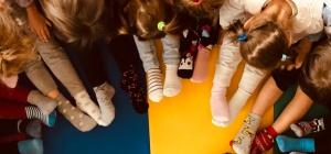 Foto di gruppi con bambini coi calzini spaiati